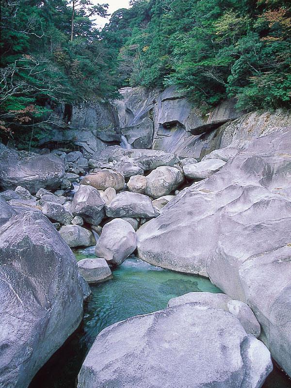 渓谷は大岩とナメが連続する