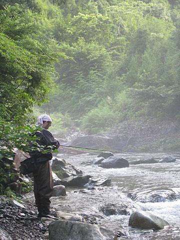 朝靄と釣り人