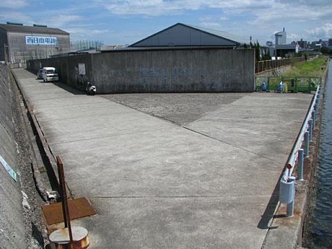 大分港の白灯台根元駐車スペース
