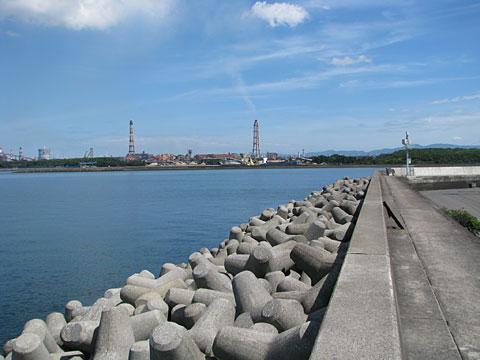 大分川河口部左岸より新日鉄方面を望む