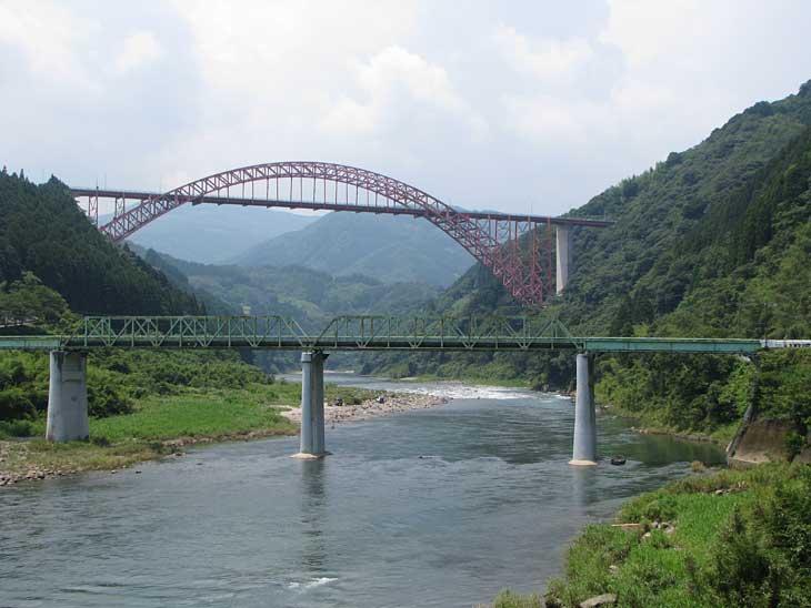 五ヶ瀬川にかかる鉄橋