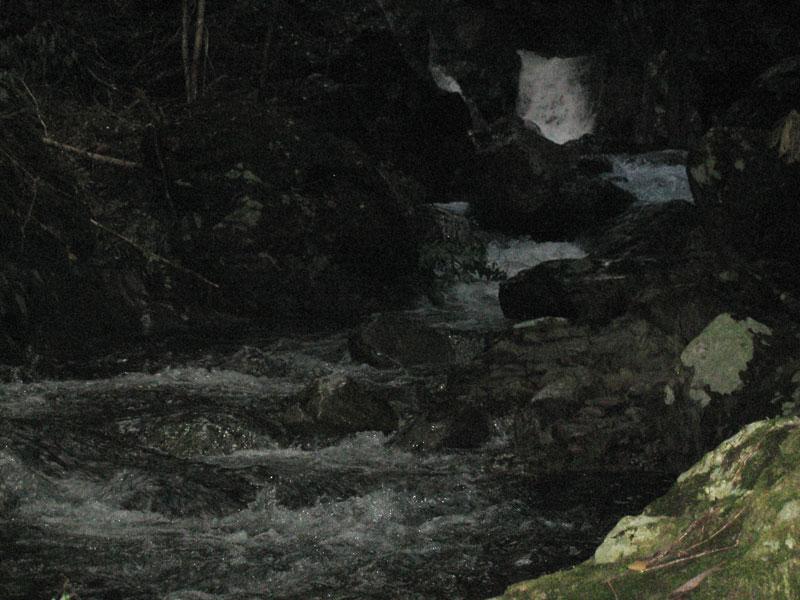 真っ暗な渓谷の中
