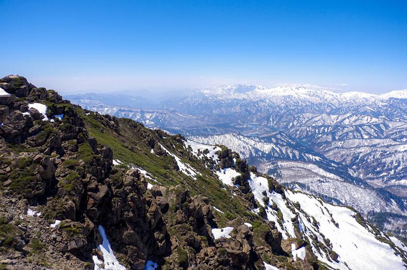 雪解けの始まった山岳地帯