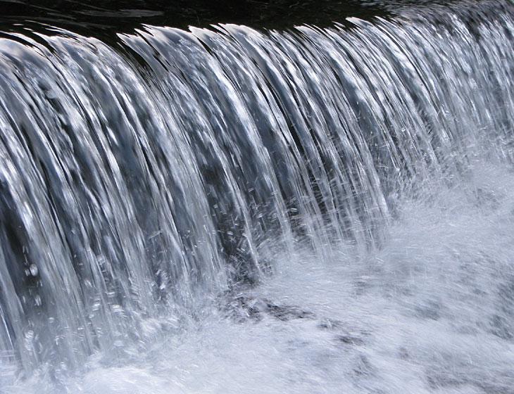 小堰堤の水しぶき